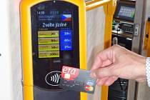 VALIDÁTORY pro bezkontaktní platební karty jsou zatím na lince Lidové Sady Horní Hanychov. Za rok by měly být i na linkách 5 a 11 do Vratislavic a Jablonce.