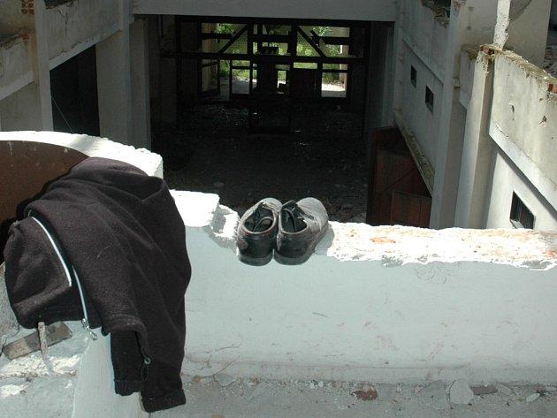 KULTURNÍ DŮM. Takhle vypadá objekt zamýšleného, ale nikdy nedokončeného kulturního domu v Chrastavě, zevnitř. Slouží pouze jako střecha nad hlavou pro místní bezdomovce.