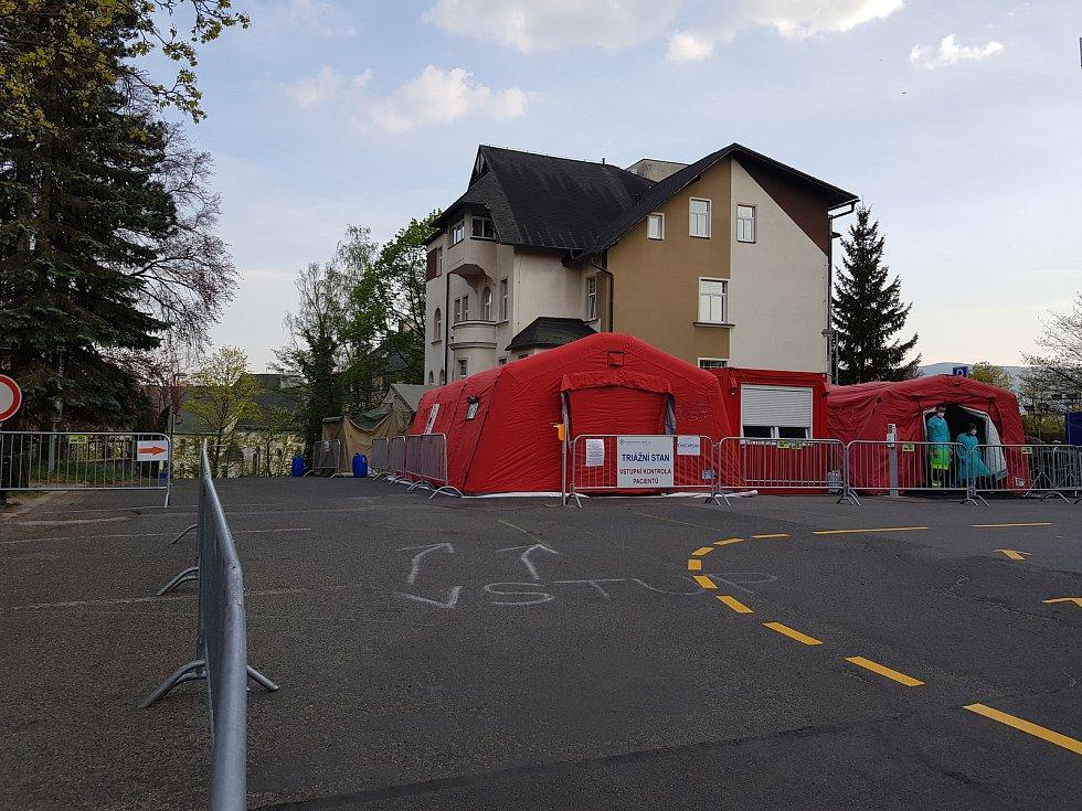 Checkpoint - stan, kterým museli projít návštěvníci nemocnice kvůli kontrole.