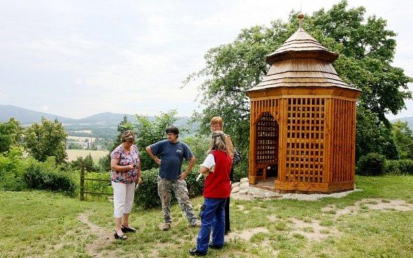 Na Grabštejně postavili repliku altánu.
