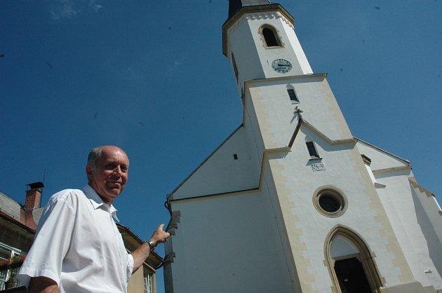 DOMINANTA OSEČNÉ. Místní kostel bude nově spravovat město Osečná. Na snímku na kostel svatého Víta ukazuje starosta města Jiří Hauzer.