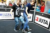 BRATRSKÝ MASAKR ŠRAJBRŮ. Vlevo je vítěz Marek, vpravo mladší Lukáš.