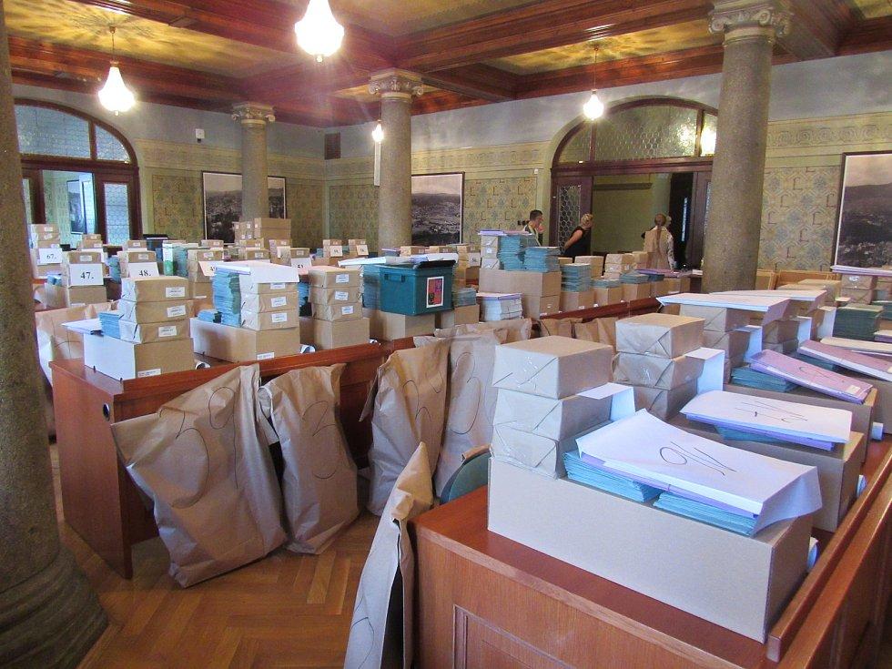 Na liberecké radnici se dnes od 9 do 11 hodin rozdělovaly volební materiály, které putovaly do jednotlivých volebních místností po celém městě.