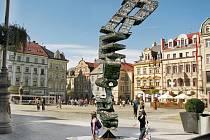 Skulptura složená z 85 000 klíčů má podobu slova REVOLUCE, kdy každé písmeno má jiný původ.