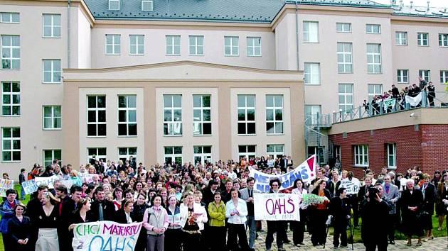 PŘED LETY demonstrovali studenti obchodní akademie a hotelové školy proti sloučení s integrovanou školou. Teď mají budovu bývalých kasáren definitivně opustit a sestěhovat se do Alešovy ulice.