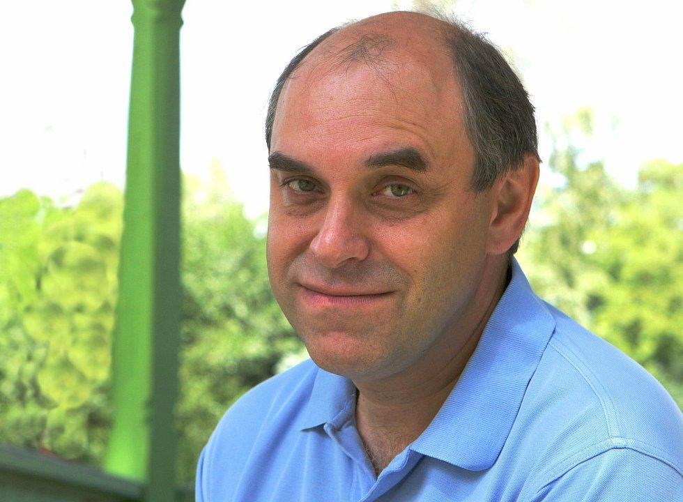 Miroslav Táborský zvládl při natáčení komedie Šejk v létě 2009 v Lázních Kundratice i léčbu kolene.