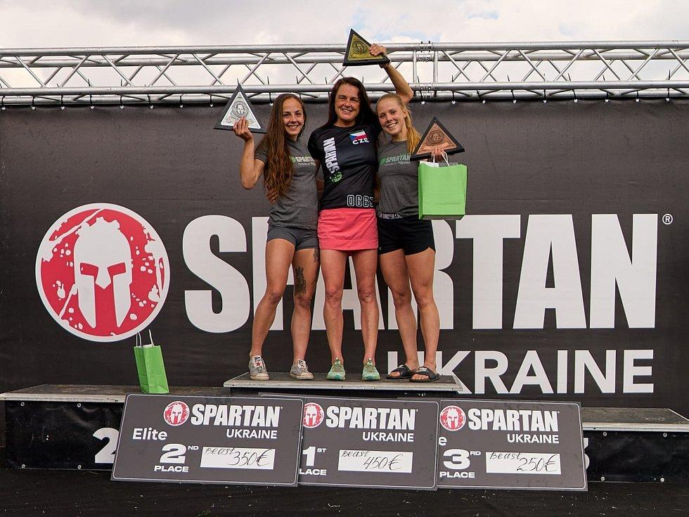 Nejlepší tři ženy Spartan Beast Kyjev 2021. Zleva Adéla Voráčková, Zuzana Kocumová a Klára Lokajíčková.