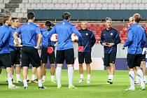 TRÉNINK V SEVILLE. Příprava Slovanu na stadionu Ramóna Sancheze Pizjuana byla včera večer plná úsměvů.