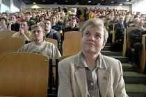 """O jaderné energii přednášela studentům Technické univerzity v Liberci """"atomová lady"""" Dana Drábová (v popředí)."""