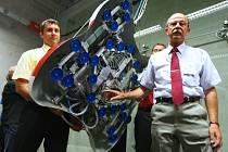 Liberecká univerzita představila robota, který šplhá po skle a drží na něm díky přísavkám.