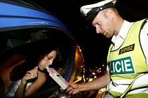 ZA VOLANT NEPATŘÍ. Řidičů, kteří se nebojí usednout za volant pod vlivem alkoholu, stále přibývá.