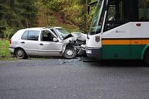 Autobus nedal přednost autu. Ilustrační foto