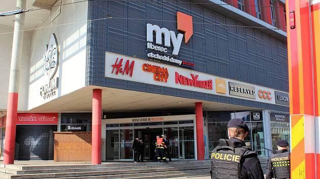 Policisté uzavřeli obchodní centrum Forum v Liberci kvůli nahlášené bombě, což v centru způsobilo dopravní kolaps.