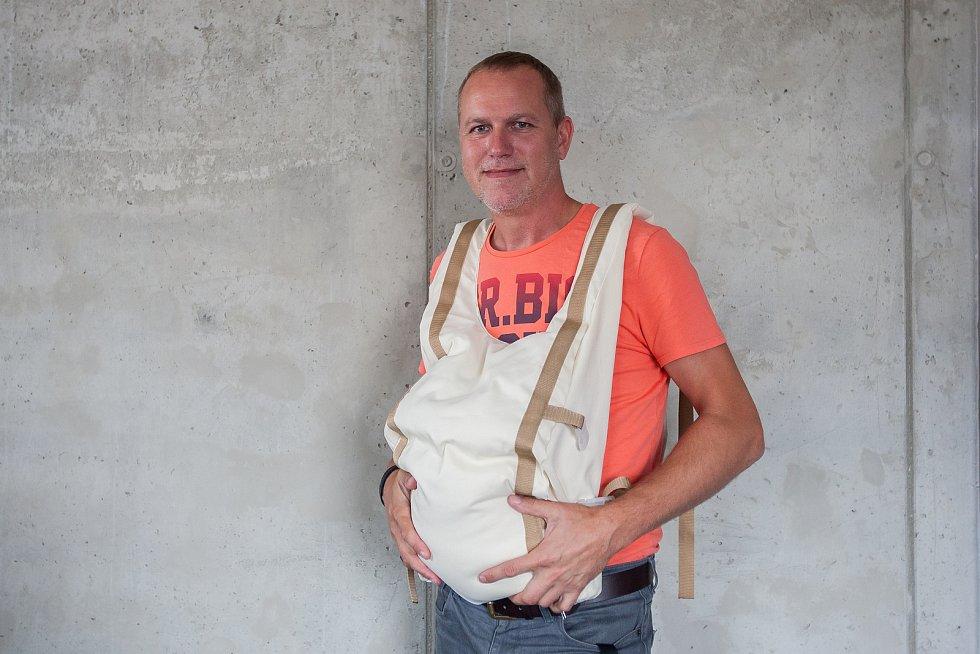 Ředitel liberecké iQLandie Pavel Coufal předvádí nový exponát na snímku z 18. července.