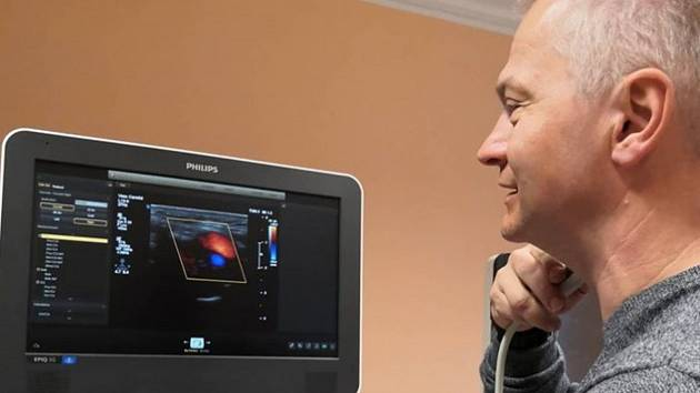 Ladislav Endrych, přednosta Centra zobrazovacích metod KNL demonstruje, na jakých přístrojích se budou studenti nového oboru vzdělávat.