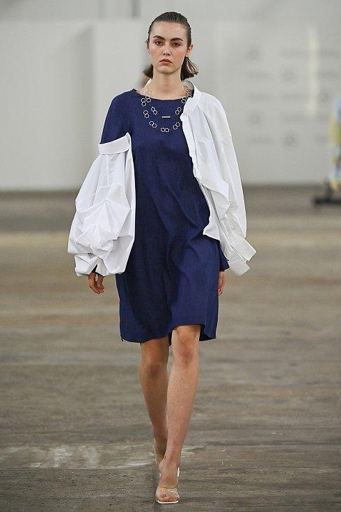 Shirt Puzzle designérky Barbory Hübnerové je dámská kolekce inspirovaná stylem Art Deco, které je plné vzorů složených z drobných tvarů. Autorkou šperků je Denisa Marková.
