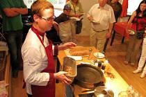 Šéfkuchař Petr Ocknecht předvedl své kulinářské umění na Velkém hmyzím večeru v Chrastavě, během něhož tři desítky dobrovolníků ochutnaly například cvrčky na másle nebo šváby v těstíčku.