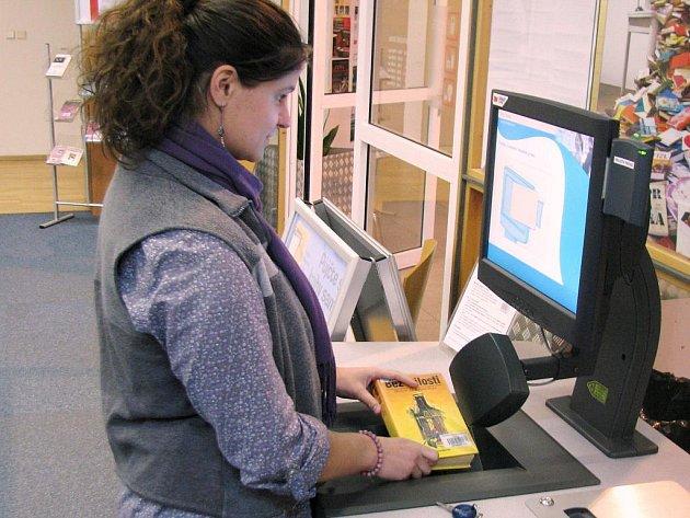 VYBRAT, VZÍT A JÍT. Samoobslužný výpůjční automat na knížky provozovaný ve studijní sekci Krajské knihovny v Liberci, si netrpěliví čtenáři oblíbili. Dnes už tak má svého bratříčka.