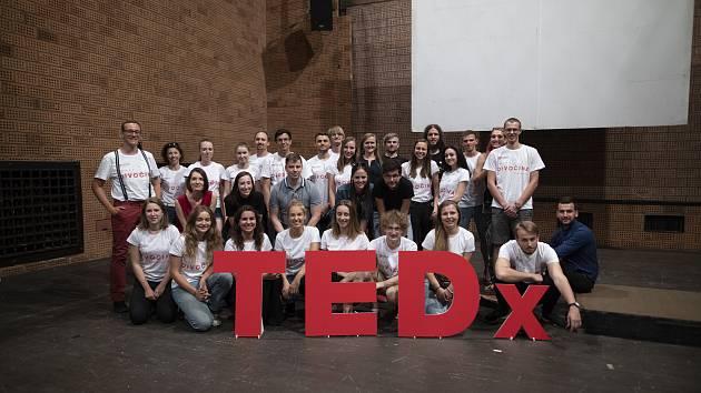 Ve středu 20. června se v Malém divadle v Liberci uskutečnila konference nazvaná TEDx Liberec s tématem Divočina. Na snímku organizátoři spolu s řečníky.