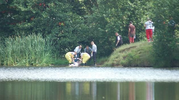 POMÁHALI HASIČI. Vytáhnout utonulého muže z nádrže museli hasiči. Jeho tělo bylo objeveno daleko od břehu.