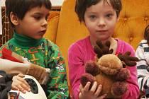 """V dětském domově ve Frýdlantě fungují imaginární peníze """"větrováky"""". Ty slouží jako motivační prostředek pro děti, které si za ně v domově """"nakupují"""" ošacením a jiné dary od sponzorů."""