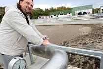 Technolog odpadních vod Lubomír Fajtr prochází jednotlivé fáze čištění na jednom ze šesti paralelních čisticích bloků. Deset hodin trvá proces čištění od vstupu znečištěné vody do čističky, až k jeho konci, na kterém vytéká pitná voda.