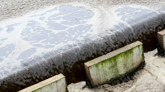 Deset hodin trvá proces čištění od vstupu znečištěné vody do čističky, až k jeho konci, na kterém vytéká pitná voda.