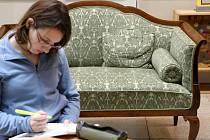Vystavený nábytek si mohou návštěvníci knihovny vyzkoušet.