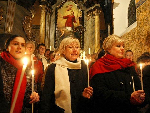Návštěvníci si na závěr koncertu zazpívali se sborem několik nejznámějších vánočních koled.