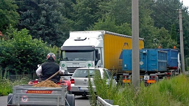 KAMIÓNY V PROTISMĚRU, auta, traktory a malí cyklisté... prázdninová realita obce Václavice.