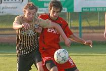 HLAVICKÝ Jan Hodas (vpravo) v nemilosrdném souboji s libereckým Pavlem Bínou ve včerejším derby.