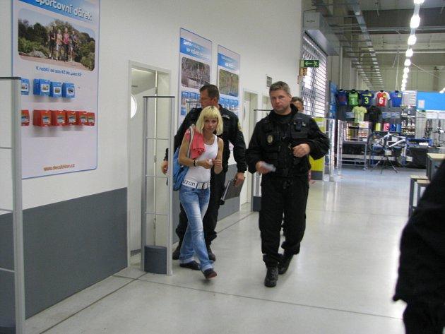 PLÁŠŤ NA JÍZDNÍ KOLO se pokusila ukrást tato žena v jednom z libereckých obchodů.