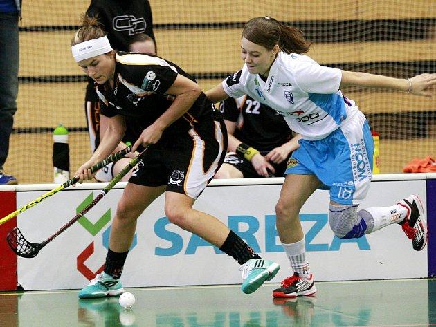 TĚSNÁ PROHRA CRAZY GIRLS S MISTRYNĚMI. O míček bojují vlevo liberecká Hana Koníčková a v bílém domácí Hana Sládečková, obě vstřelily po gólu.