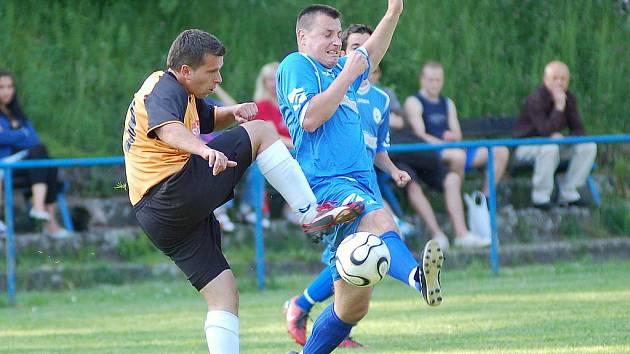 BITVU VE STRÁŽI VYHRÁLO DOUBÍ 2:0. Před Martínkem z Doubí (v modrém) odkopává míč strážský Oberreiter. Oba týmy zůstávají v sestupovém ohrožení.
