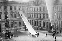 Cvičení libereckých hasičů za použití záchranné plachty, jejímž vynálezcem byl liberecký velitel čety lezců František Pilze.