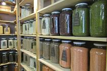 BEZOBALOVÝ PRODEJ v obchodu Jo-bio je první svého druhu v Liberci. Nákup do vlastního nezatěžuje životní prostředí a lidé kupují jen takové množství, které skutečně potřebují.