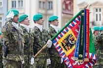 Liberečtí chemici 13. září při slavnostním nástupu před radnicí na náměstí Dr. E. Beneše v Liberci. Jednotka slavila 40 let od vzniku chemické brigády a také 150. výročí přítomnosti vojsk ve městě.