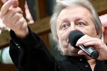 Václav Neckář zazpíval seniorům v Novém domově Domě Marta ve Vratislavicích nad Nisou.