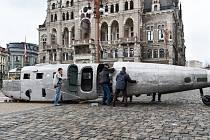 Desetimetrový trup letadla Aero C3B, který do muzea stěhovali z výstavy v obchodním centru u radnice.