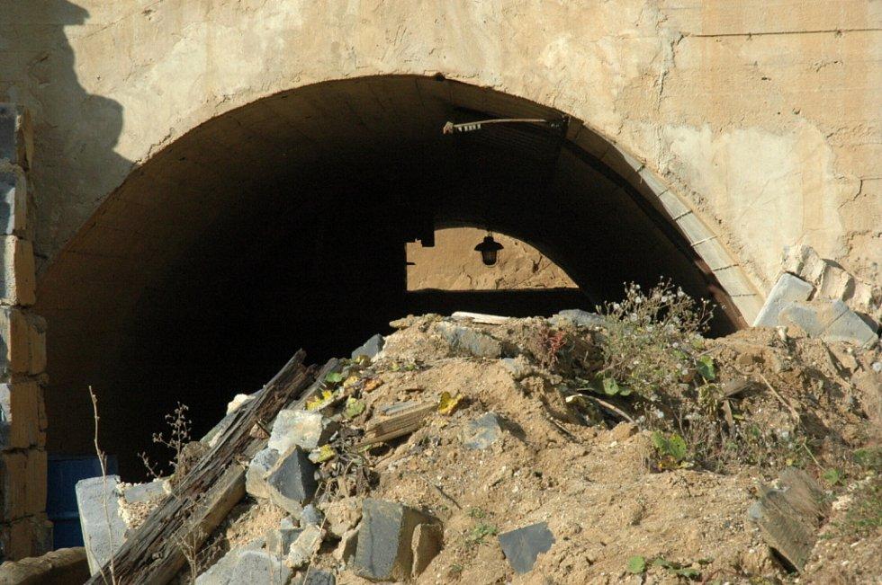 Ani čtrnáct let po skončení těžby uranu v Hamru na Jezeře doposud nezmizely budovy, které sloužily těžařům. Všechna tato místa jsou v drtivé většině kontaminována slabou dávkou radioaktivity.