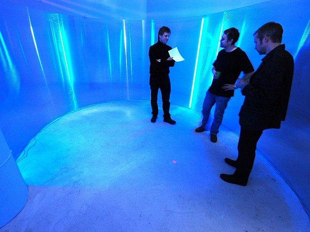 JIŘÍ MACHALICKÝ, PAVEL KORBIČKA A JAN STOLÍN (na snímku vpravo) před otevřením výstavy Pavla Korbičky v galerii Die Aktualität des Schönen.