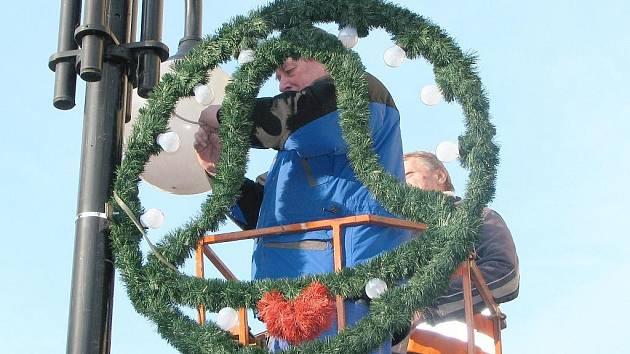 VÁNOČNÍ VÝZDOBA. Pracovníci Technických služeb města Jablonce začali včera instalovat na veřejné osvětlení vánoční výzdobu. Výzdoba nebude chybět ani na Dolním či Mírovém náměstí.
