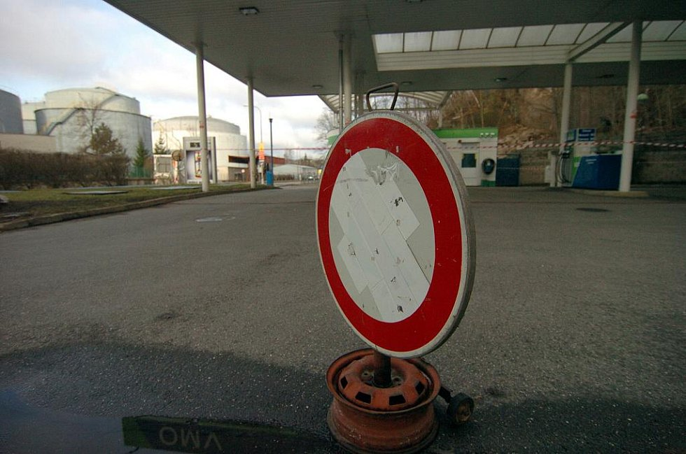 Minulý týden ohrozil nebezpečný sesuv půdy čerpací stanici OMV na třídě Dr. Milady Horákové. Benzínka je dosud zavřená a čeká se na další zkoumání statiků, jestli se skála nemůže bortit dál.