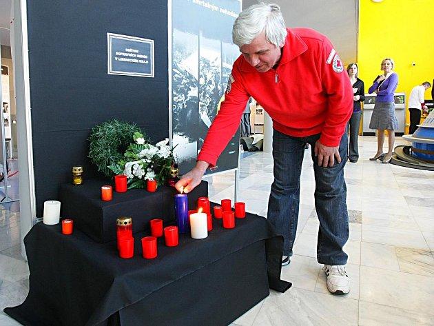 ŠESTÝ ROČNÍK TÝDNE BEZPEČNOSTI V LIBERECKÉM KRAJI zahájila výstava Stop smrtelným nehodám, která je k vidění ve vestibulu krajského úřadu až do 24. dubna. Mimo jiné zde organizátoři vystavěli pomníček obětem dopravních nehod.
