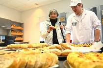 PEKAŘOVA ŠKOLA. Tady se zájemci o kvalitu pekařského řemesla nejen poučí o správných postupech, tak aby pečivo bylo nadýchané, křehké a hlavně chutnalo.