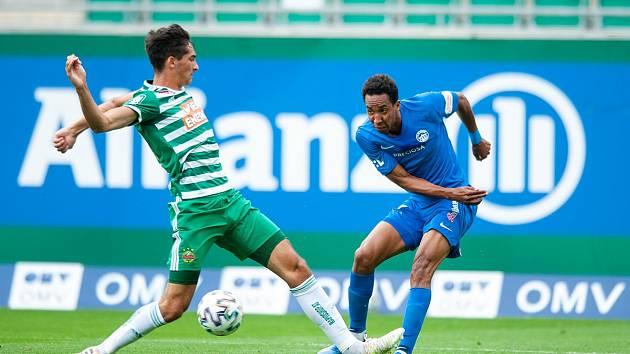 Jhon Mosquera (v modrém) proti Rapidu Vídeň.