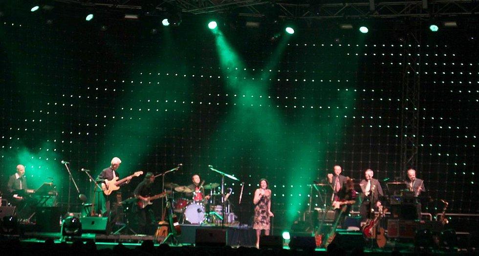 MARIE ROTTROVÁ se naposledy rozloučila s libereckými fanoušky na koncertě v Tipsport areně, kam si pozvala i své hosty, slovenskou zpěvačku Patricii, Petra Němce, Jaroslava Wykrenta, Petra Spáleného a Neřež. Byla to velkolepá podívaná.