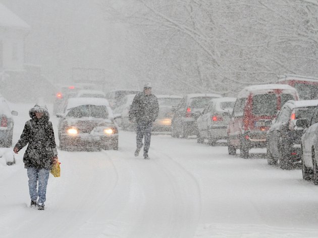 Sněžení komplikuje dopravu. Ilustrační foto. Sníh. Kalamita. Doprava. Kolona.