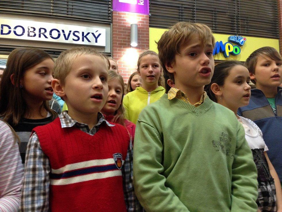 Česko zpívá koledy s Janem Křížem v OC Forum v Liberci.