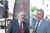 JAROMÍR GAZDA (vlevo) strávil na liberecké univerzitě celých šedesát let.  Nastoupil v roce 1953  a ještě dnes vede doktorandy. Na snímku s rektorem  univerzity  Zdeňkem Kůsem.